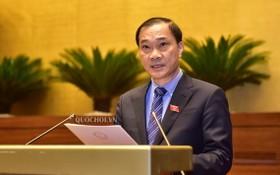 國會經濟委員會主任武鴻清闡釋有關調整2017-2020年階段東面北-南高速公路的若干陸路路段建設項目投資主張的審核報告。(圖源:Quochoi.vn)