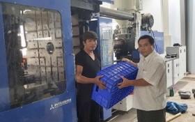 丁文森(右)視察生產水果箱。
