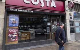6月10日,行人經過英國倫敦一家仍然關閉的咖啡館。 (圖源:新華社)