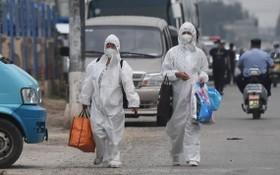 圖為北京新發地市場爆發疫情後,有穿著全套防護衣的人員進駐市場。(圖源:AFP)
