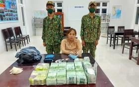跨國大毒販團夥的其中一名嫌犯潘氏碧艷與毒品物證。(圖源:光輝)