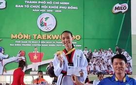 麥劍雄中學八年級華人學生陳翠金獲金獎。