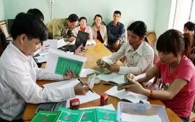 貧困戶向社會政策銀行貸款做小本生意。(示意圖源:雲慶)