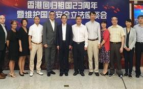 吳駿總領事(左六)與各代表合影。