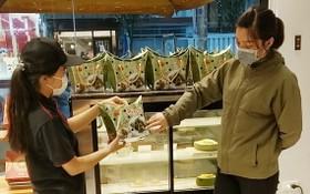 顧客在大發餅家購買台灣一品肉粽。