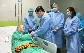 市領導近日親往大水鑊醫院探望英籍機師的新冠肺炎患者。(圖源:市黨部新聞網)