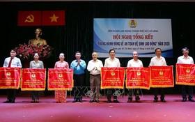 市勞動聯團領導向取得出色成績的集體頒發競賽錦旗。(圖源:越通社)