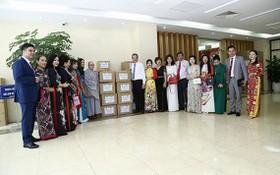 外交部副部長、旅居海外越南人國家委員會主任鄧明魁與越南駐韓國佛教信徒協會代表合照。(圖源:忠孝)