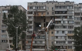 6月21日,在烏克蘭首都基輔,人們在居民樓爆炸現場聚集。(圖源:新華社)