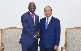 政府總理阮春福(右)與世銀駐越南首席代表奧斯曼‧迪奧握手合照。(圖源:VGP)