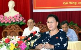 黨中央政治局委員、國會主席阮氏金銀在接觸會上回答選民的質詢。(圖源:海寧)
