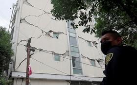 強震導致建築物牆面裂開。(圖源:路透社)