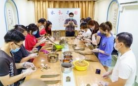 仁華國際華語學校師生一起包粽子過端午節。
