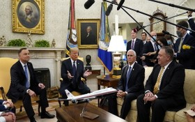 美總統特朗普(左二)在白宮橢圓形辦公室與波蘭總統安德烈‧杜達(左一)會面。(圖源:路透社)
