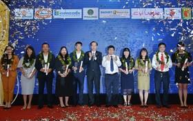 """市人委會常務副主席黎清廉(中)出席""""最受歡迎的越南品牌""""頒獎儀式。(圖源:越勇)"""