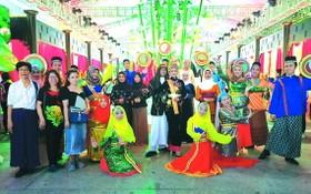 市各民族文學藝術協會所屬占婆族文學藝術分會參加表演占婆族同胞的婚禮節目。