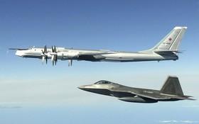圖為2020年6月16日,俄羅斯軍機(上)在美國阿拉斯加州附近被美軍軍機(下)攔截。 (圖源:AP)