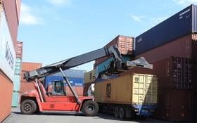 圖為平陽省綜合港的貨物裝卸作業現場。