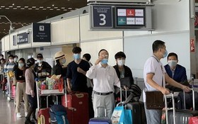 公民正辦理手續準備登機。(圖源:越通社)