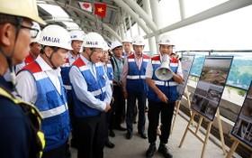 昨天上午政府副總理范平明視察地鐵1號線施工現場。(圖源:VGP)