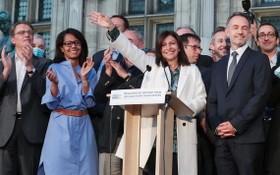 法國28日舉行市政選舉第二輪投票,投票率創史上新低。現任巴黎市長伊達戈(前右二)拿下近半票數獲得連任,不出外界預測。(圖源:AFP)