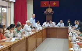穗城會館理事長盧耀南向新聞媒體介紹各會館的元宵節特色。
