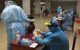 防疫人員向公寓居民進行鼻拭子取樣測試。(示意圖源:田升)