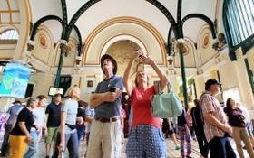 外國旅遊團在去年10月參觀市郵政局。