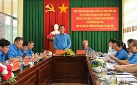 越南勞動總聯團主席阮廷康(中左)在會上發言。(圖源:成仁)