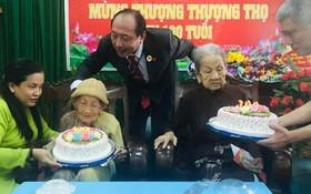 氏藝養老中心為100歲的阮氏白雪(左)與梅氏海老大娘祝壽。