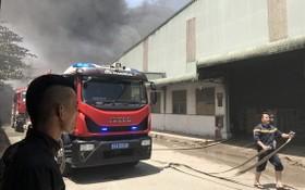 消防車隊相繼趕抵現場開展滅火行動。(圖源:霸山)
