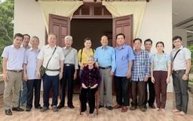 第五郡越南祖國陣線委員會與各華人會館前往廣南省看望越南英雄母親。