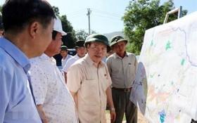 國會副主席馮國顯(中)同國會工作團前往視察寧順省各重點工程和項目施工進度。(圖源:越通社)