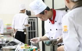 在本市亞歐就業指導中心就讀廚師專業的學生。(圖源:互聯網)