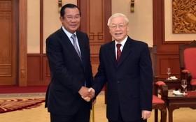 黨中央總書記、國家主席阮富仲(右)與柬埔寨人民黨主席、柬埔寨政府總理洪森。(圖源:友誼)