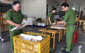 公安力量檢查藏利器的包裹郵件。(圖源:警方提供)