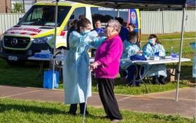 墨爾本疫情嚴重,防疫人員為民眾採樣檢測。(圖源:Getty Images)