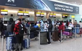 從英國撤回的我國公民在 Heathrow 機場辦理行李托運手續。(圖源:越通社)