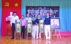 台灣佛教慈濟慈善基金會越南聯絡處向當地貧困同胞贈送3000部不銹鋼濾水器。