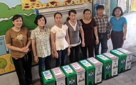 第五郡第十一坊婦女會贈送分類垃圾桶 給居民。