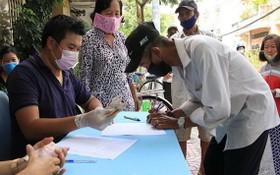 貧困戶簽收補助金。(圖源:清竹)