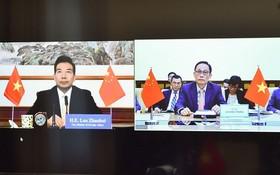 外交部副部長、越南-中國雙方合作指委會越方秘書長黎懷忠(右圖)與中國外交部副部長、越南-中國雙方合作指委會中方秘書長羅照輝舉行視像會議。(圖源:孟雄)
