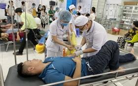 獲送頭頓市黎利醫院接受食物中毒搶救的患者。(圖源:巴地-頭頓報)