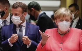 當地時間7月17日,在比利時布魯塞爾,法國總統馬克龍、德國總理默克爾出席歐盟面對面峰會。(圖源:DPA)