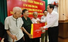 越南祖國陣線中央委員會主席陳清敏向河靖省乾祿縣政策家庭和革命有功者贈送禮物。(圖源:楊光)