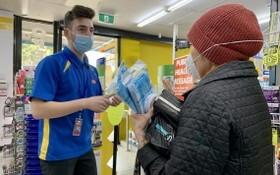 維州州長宣佈將強制戴口罩後,人們蜂擁至藥房大批購買口罩。(圖源:ABC)