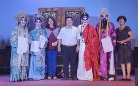 張四妹主任(左三)和丁文森會長(左四) 與藝人們合照。