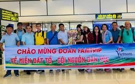 旅遊考察團在機場留影。