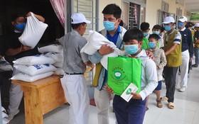 慈善團向清貧學生派發禮物。