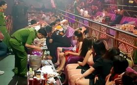 職能力量對Romance卡拉OK酒吧進行突擊檢查時現場。(圖源:B.A)